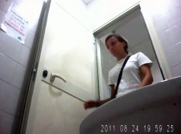 Hot voyeur girls pooping