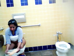 Mexican woman wiped her hole with tissues after peeing