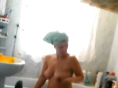 Friend's mom washes her seductive mature body in the bathtub