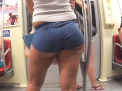 Voluptuous honey has an amazing pair of fat buttocks