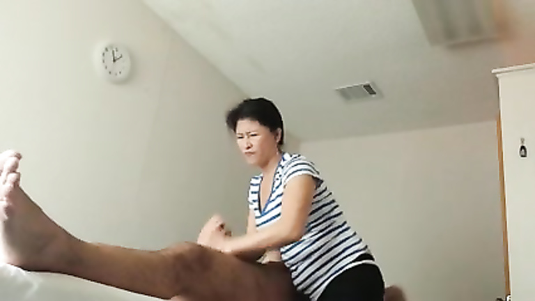 Asiatisk Massør Gir Handjob Video
